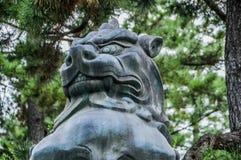 Lion At The Kitano-Tenmangu Shrine en bronze Kyoto Japon 2015 photo stock