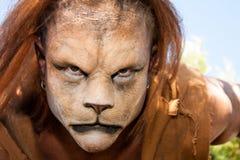 Lion Man som tätt meancing upp royaltyfria bilder