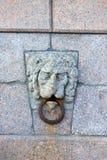 Lion Masks på spottat av den Vasilievsky ön Tidigare var det van vid bandfartyg och pråm St Petersburg fotografering för bildbyråer