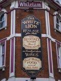 Lion Pub blanc à Londres - beau bar au West End Images stock