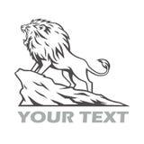 Lion Roaring en la colina Logo Design Vector Illustration de la montaña stock de ilustración