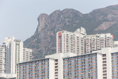 Lion Rock och Wong Tai Sin Estate i Hong Kong Arkivfoto