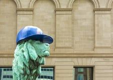 Lion Sculpture in Chicago met Welpenhoed Royalty-vrije Stock Afbeelding