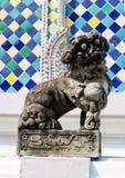 Lion Sculpture em Wat Phra Kaew em Banguecoque, Tailândia imagens de stock royalty free