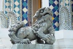 Lion Sculpture em Wat Phra Kaew em Banguecoque, Tailândia imagem de stock