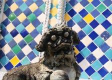 Lion Sculpture em Wat Phra Kaew em Banguecoque, Tailândia fotografia de stock royalty free
