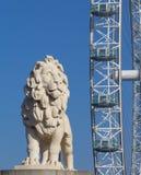 Lion Sculture och det London ögat Royaltyfri Bild