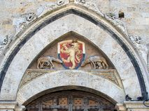Lion Shield en Sienna Building, Italia foto de archivo