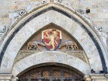 Lion Shield op Sienna Building, Italië stock foto