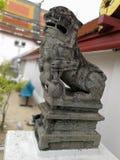 Lion Statue en pierre dans le temple, Thaïlande Images stock