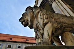 Lion Statue Feldherrnhalle Odeonplatz, Munich imágenes de archivo libres de regalías