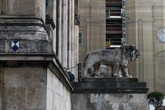 Lion Statue framme av Feldherrnhalle på Odeonsplatzen, Munich, Tyskland Royaltyfri Bild