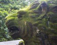Lion Statue in het Heilige Aapbos in Bali Indonesië Stock Afbeelding