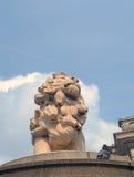 Lion Statue nahe durch großen Ben London lizenzfreies stockfoto