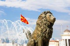 Lion Statue och Macedonian flagga Royaltyfri Foto
