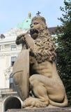 Lion Statue real, palacio de Hofburg en Viena foto de archivo libre de regalías