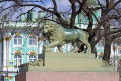 Lion sur le quai de palais dans le St Petersbourg Image libre de droits