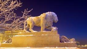 Lion sur le remblai d'Amirauté en hiver Photographie stock libre de droits