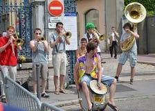 LIONE, FRANCIA - 28 GIUGNO 2014: Musicisti della via che giocano per la folla della gente Fotografie Stock Libere da Diritti
