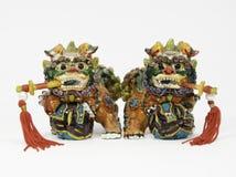 Lions chinois en céramique avec des épées Images stock