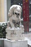 Lions en pierre dans la neige photo libre de droits