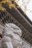 Lions en pierre devant le temple Images libres de droits