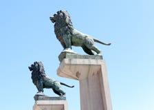 Lions sur les colonnes du pont en pierre. Saragosse. Photos stock
