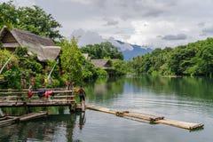 Lipa 15,2017 przejażdżka na tratwie przy rzeką w willi escudero, Laguna obraz royalty free