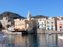 Lipari, Эоловы острова, Марина Corta взгляда с церковью, Италией стоковые изображения rf