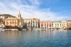 Lipari stad på eoliska öar royaltyfria bilder