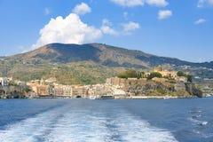 Lipari stad som ses från havet arkivbilder