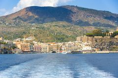Lipari stad som ses från havet royaltyfria bilder