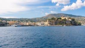 Lipari stad som ses från havet arkivfoton