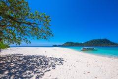Lipe-Insel mit Schnellbootfloss auf blauem Meer Stockfotografie