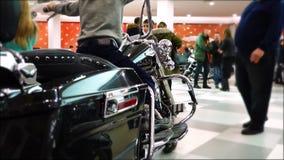 Lipeck, Federazione Russa - 13 gennaio 2018: La mostra dei motocicli, un bambino si siede su un grande motociclo nero del cromo video d archivio