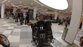 Lipeck, Federazione Russa - 13 gennaio 2018: Mostra dei motocicli, videocamera di lasso di tempo montata sul motociclo stock footage