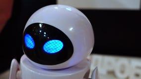 Lipeck, Federazione Russa - 25 gennaio 2018: Mostra dei robot La vigilia del robot lampeggia gli occhi stock footage