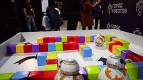 Lipeck, Federazione Russa - 25 gennaio 2018: Mostra dei robot Robot rotondo del giocattolo con telecomando stock footage