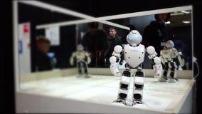Lipeck, Federazione Russa - 25 gennaio 2018: Mostra dei robot Un robot che può bere archivi video