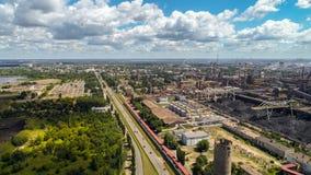 Lipeck, Russia - 11 luglio 2017 Vista della via di Metallurg e della pianta di NLMK Immagini Stock