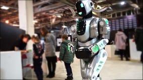 Lipetsk, Ρωσική Ομοσπονδία - 25 Ιανουαρίου 2018: Έκθεση των ρομπότ Ένα μεγάλο αρρενωπό ρομπότ πηγαίνει γύρω από το δωμάτιο φιλμ μικρού μήκους