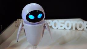 Lipetsk, Fédération de Russie - 25 janvier 2018 : Exposition des robots La veille de robot tourne sa tête et clignote ses yeux banque de vidéos