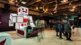Lipetsk, Fédération de Russie - 25 janvier 2018 : Exposition des robots Le chiffre est un grand robot carré, les gens marchent banque de vidéos