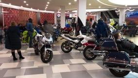 Lipetsk, Fédération de Russie - 13 janvier 2018 : Exposition de vieilles motos de cru, vidéo de laps de temps banque de vidéos