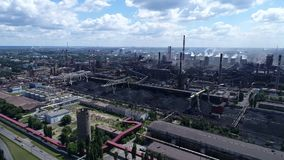 Lipetsk, Rusia - 11 de julio 2017: Grupo metalúrgico de la planta NLMK visión desde la altura almacen de video