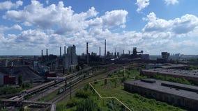 Lipetsk, Rusia - 11 de julio 2017: Grupo metalúrgico de la planta NLMK Visión general desde la altura almacen de metraje de vídeo