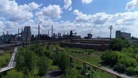 Lipetsk, Rusia - 11 de julio 2017: Grupo metalúrgico de la planta NLMK Visión general desde la altura metrajes
