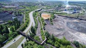 Lipetsk, Rusia - 11 de julio 2017: Vista de la zona industrial de la planta y de la calle metalúrgicas de Metallurgov metrajes