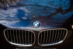 Lipetsk, Russie - 25 avril 2015 : BMW Noir allemand BMW, capot de voiture, logo de bête de BMW de voiture Images stock