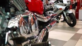 Lipetsk, Russische Föderation - 13. Januar 2018: Ausstellung von Motorrädern, Fokus von einem Motorrad zu anderen stock video footage